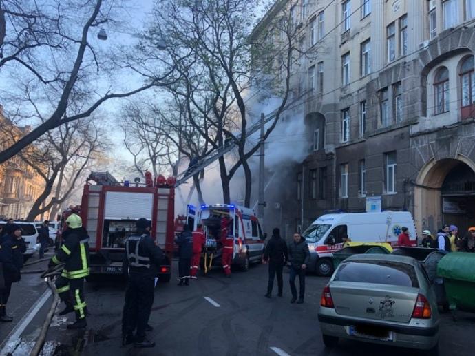 Есть пострадавшие: В Одессе горит здание колледжа экономики (ФОТО, ВИДЕО)