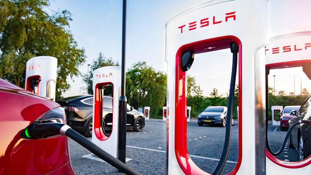 Tesla Model 3 і Tesla Supercharger