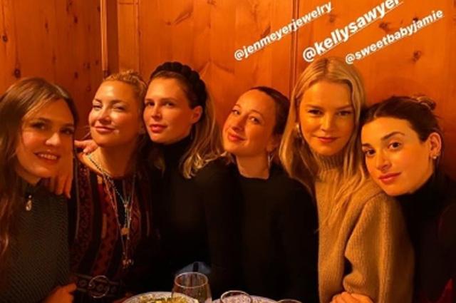 Даша Жукова веселится с Кейт Хадсон и другими подругами накануне свадьбы со Ставросом Ниархосом в Швейцарии