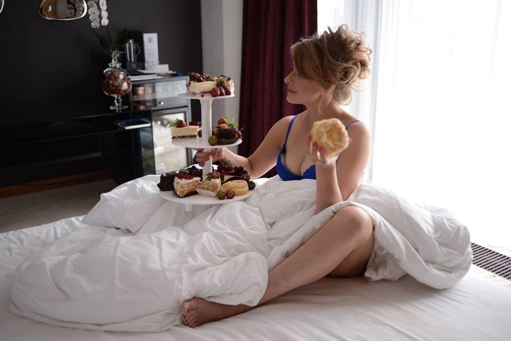 Олена Кравець в пікантному білизна в ліжку