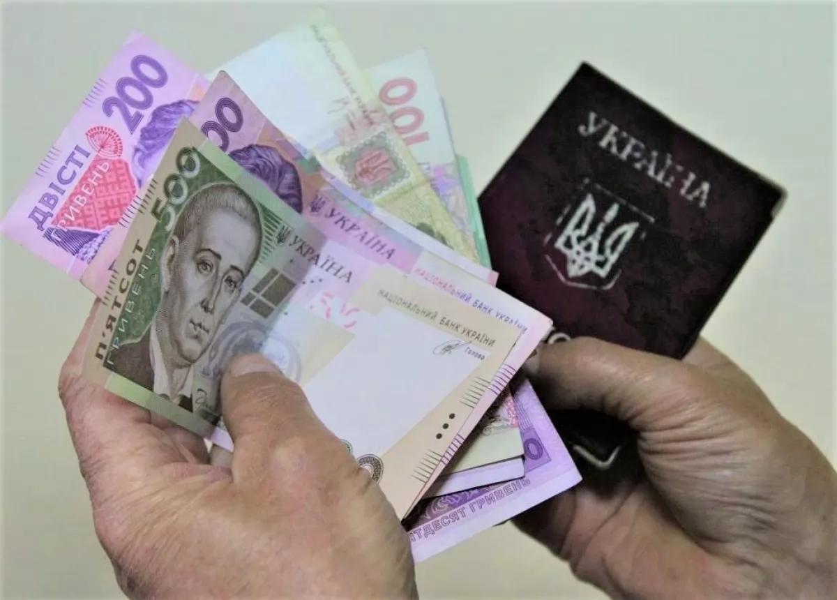 Пенсии, зарплаты и соцвыплаты выросли, а газ подешевел: что изменилось в Украине с Нового года