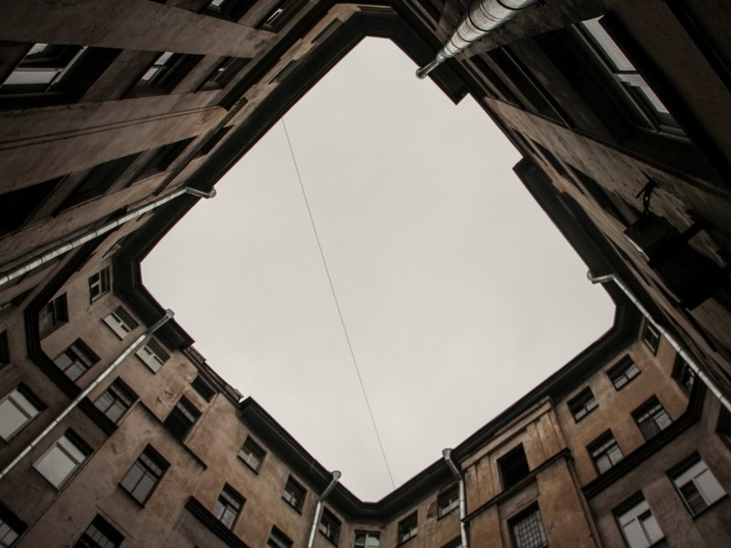 В Петербурге мужчина выпал из окна третьего этажа и остался жив