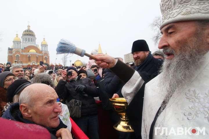 <span>Сьогодні православні українці відзначають Хрещення Господнє або Богоявлення, одне з головних християнських свят</span> — Московська церква освятила води Дніпра (фоторепортаж)