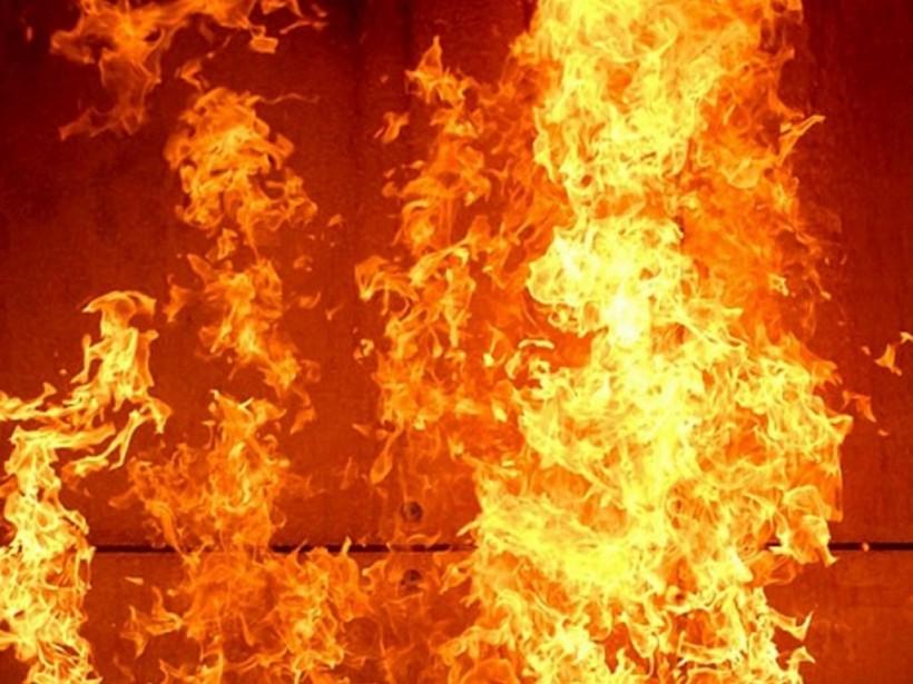 В Киеве на ходу загорелся мусоровоз: Горящий автомобиль въехал в пожарную часть (ФОТО)