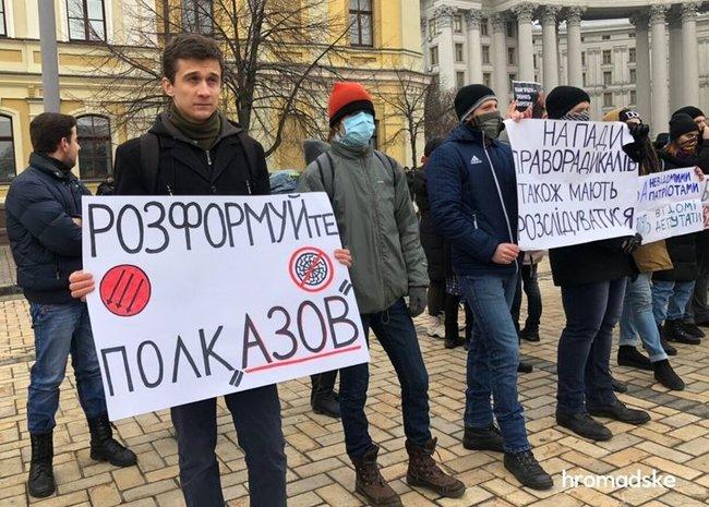Участников акции против ультраправого насилия забросали петардами в центре Киева 01