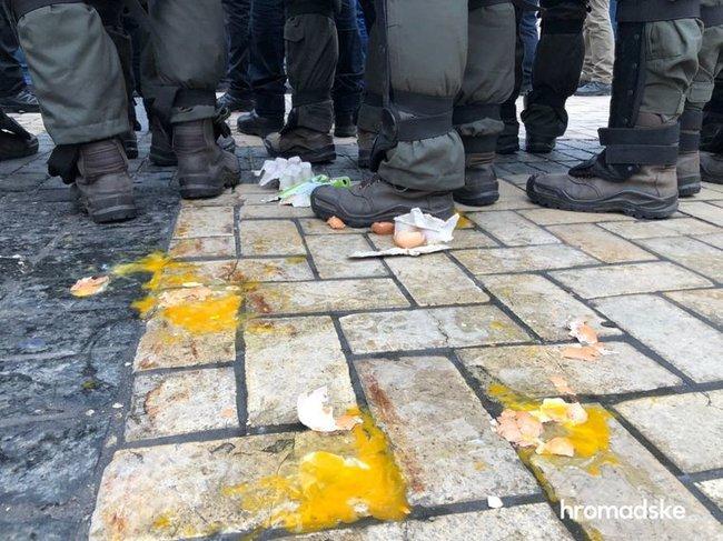 Участников акции против ультраправого насилия забросали петардами в центре Киева 03
