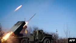 Российские гибридные силы ведут огонь из РСЗО «Град», 2015 год