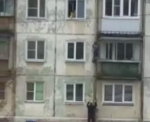 Повисший на стене дома российский мальчик пожалел о своём спасении