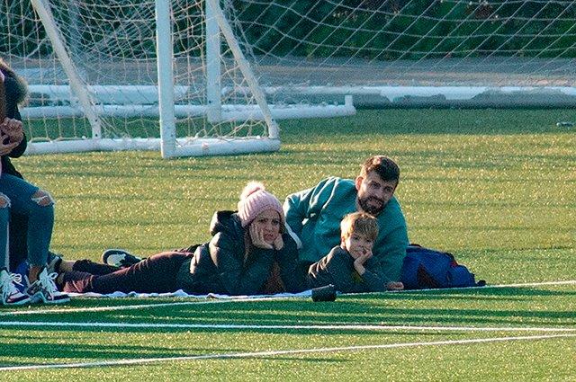 Футбол и поцелуи: Шакира с возлюбленным Жераром Пике и сыновьями на матче в Барселоне. ФОТО