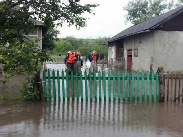 Беспощадная стихия: в сети появились шокирующие видео паводка на Прикарпатье и Буковине