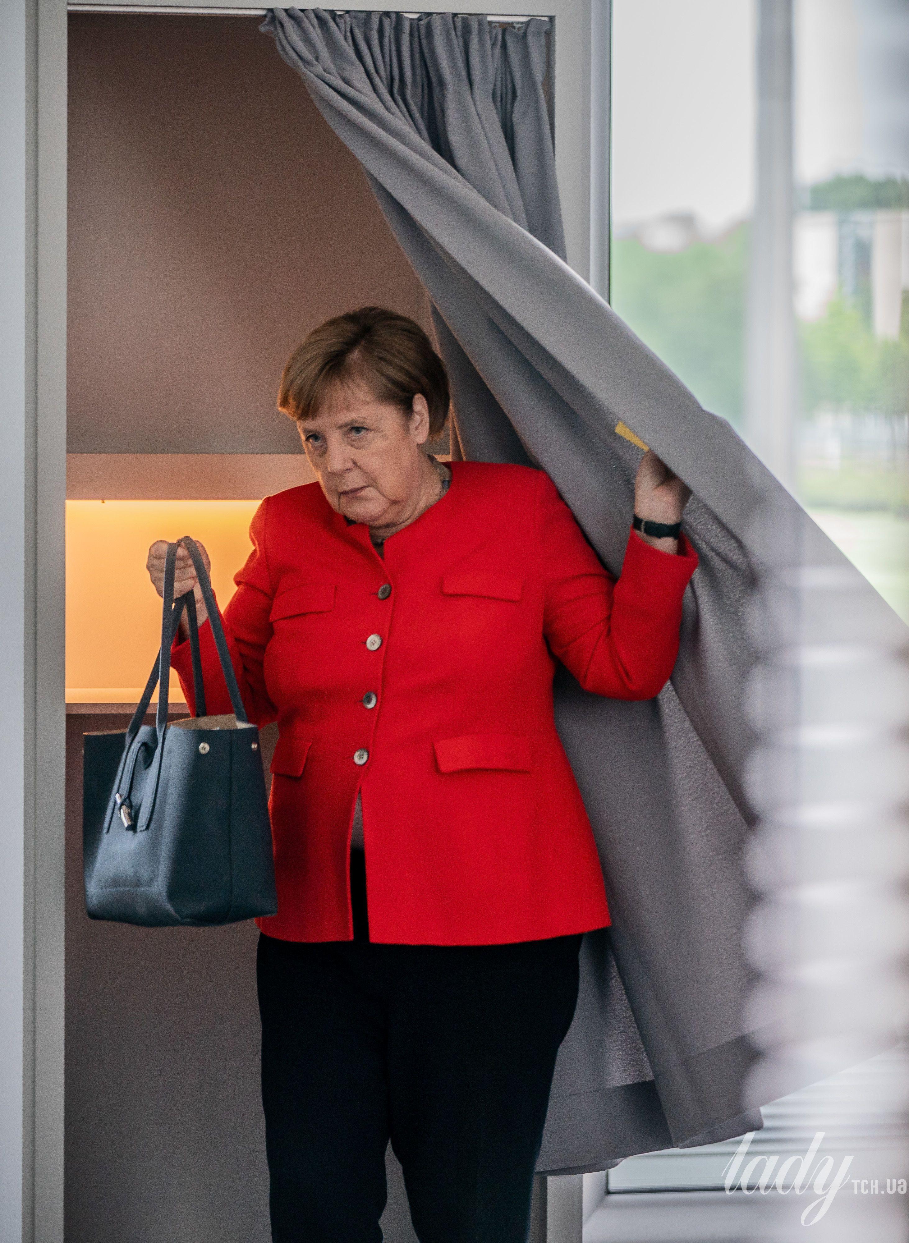 У червоному жакеті і з місткою сумкою: Ангела Меркель у яскравому образі прийшла до бундестагу