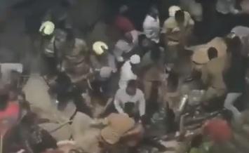 В Индии обрушился пятиэтажный дом — в ловушке оказались около 70 человек (ВИДЕО)