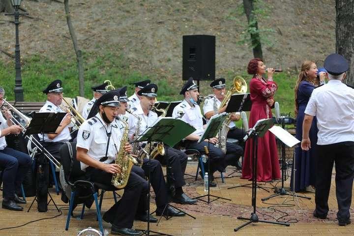 Музиканти оркестру столичної поліції виконали партію композицій — Поліція влаштувала концерт на Володимирській гірці (фото)