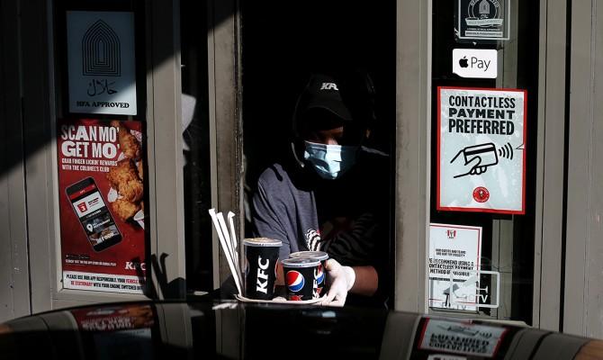 KFC из-за падемии отказалась от слогана «Пальчики оближешь»