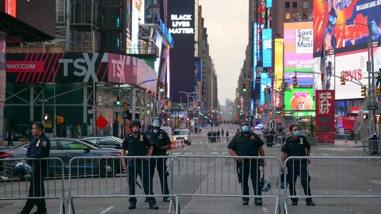 Таймс-сквер в Нью-Йорке полностью перекрыта для движения машин и пешеходов. На большом экране теперь не реклама, а Black Lives Matter (лозунг протестующих против расизма —