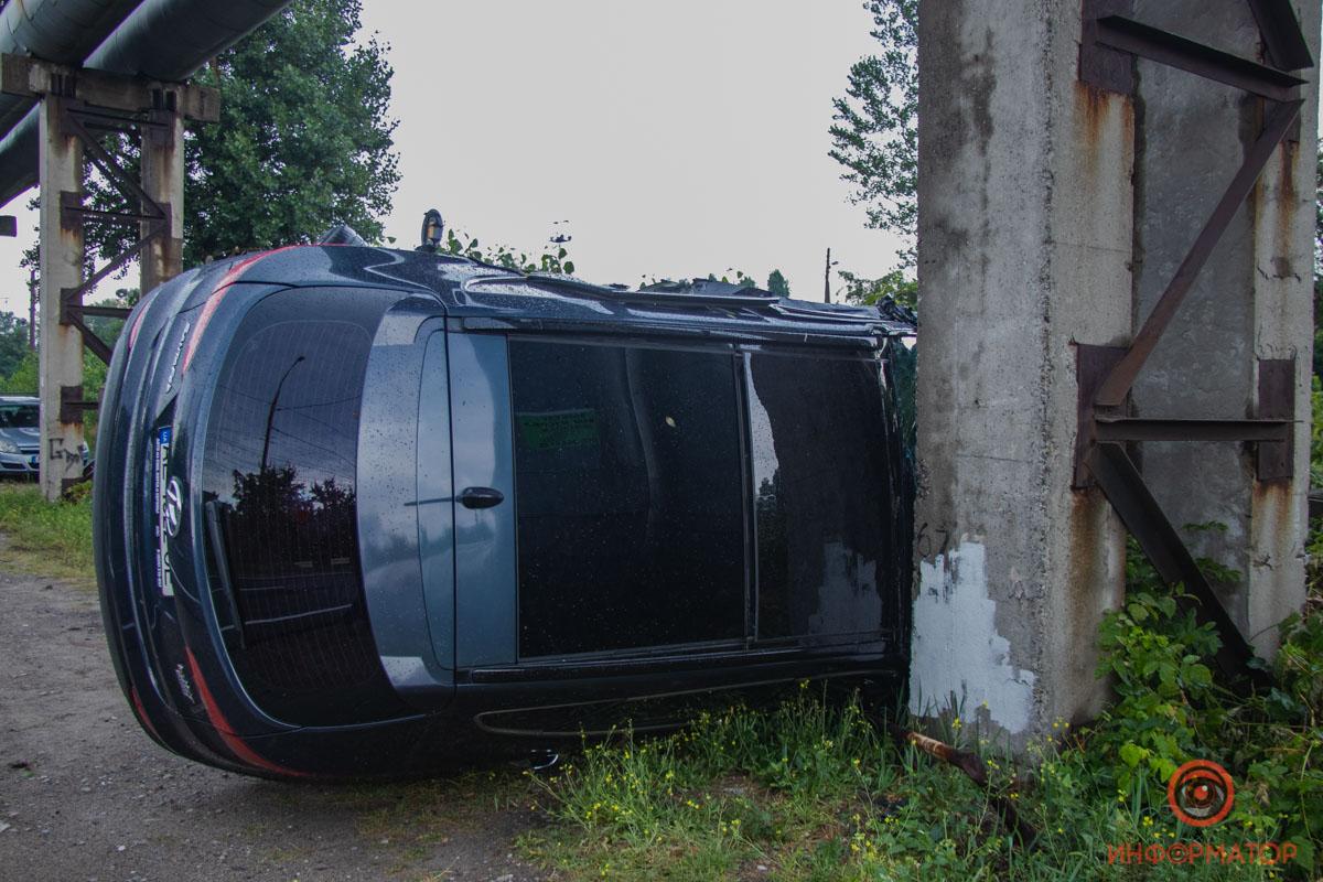 Hyundai перевернулся на бок и врезался в опору