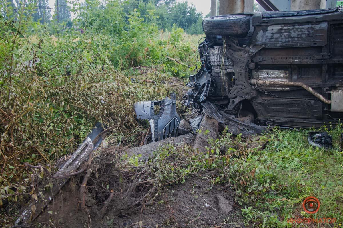 Перевернувшись на бок, Hyundai врезался в опору теплотрассы